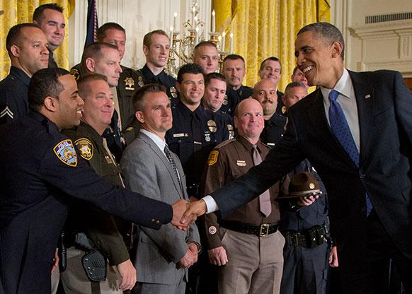 ह्वाइट हाउस में पुलिस अधिकारियों से मिलते अमेरिकी राष्ट्रपति बराक ओबामा।