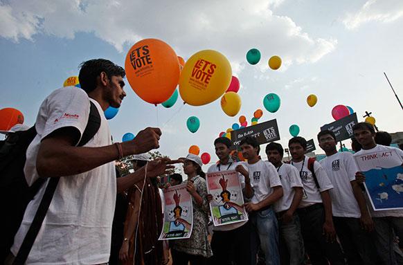 हैदराबाद में 'लेट अस वोट' अभियान में शरीक लोग।