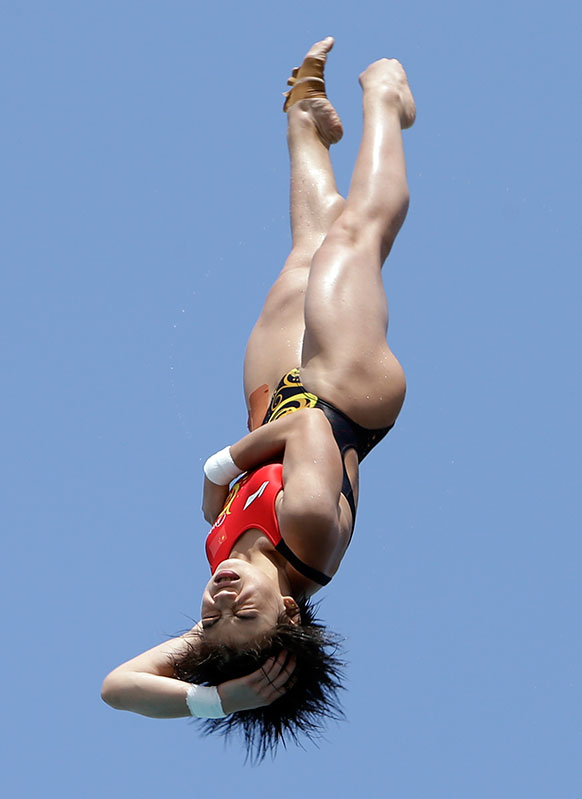अमेरिका में यूएसए ग्रैंड प्रिक्स डावयिंग के दौरान महिलाओं के फाइनल में डाइव लगाती हुईं चीन की हुआंग झियाहुई।