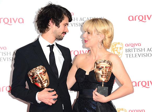 लंदन में बाफ्टा अवार्ड जीतने के बाद ट्राफी के साथ बेन विसॉ और अभिनेत्री शेरीडेन स्मिथ।