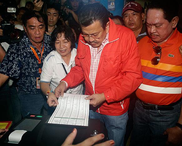 फिलीपिंस के मनीला में मिड टर्म चुनाव में वोट डालते हुए पूर्व राष्ट्रपति जोसेफ एस्ट्राडा।