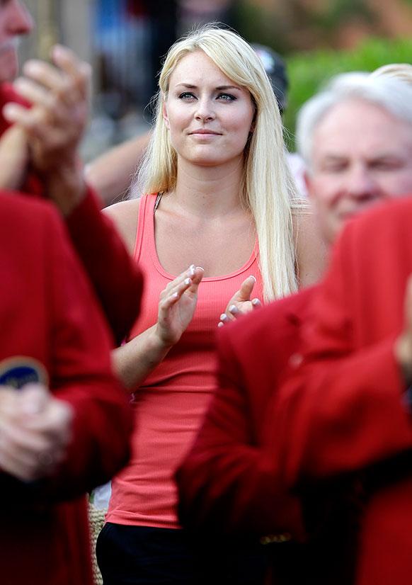 अमेरिका में प्लेयर्स चैंपियनशिप गोल्फ टूर्नामेंट की ट्राफी जीतने के बाद टाइगर वुड की गर्लफ्रेंड स्कियर लिंडसे वोन ताली बजाकर हौसला आफजाई करती हुई।