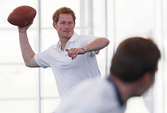 अमेरिका के कोलाराडो में यूएस एयरफोर्स एकेडमी में हाथों से बॉल फेंकने का अभ्यास करते हुए ब्रिटेन के प्रिंस हैरी।