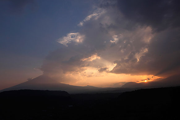 मेक्सिको के सेंटिएगो जेलिटजिंटला स्थित एक ज्वालामुखी से धुआं और राख निकलता हुआ।