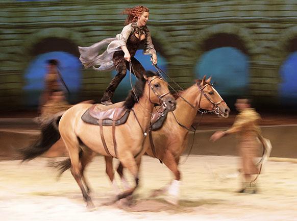 सिडनी में 'केविला' नामक शो के दौरान ड्रेस रिहर्सल के तहत घोड़े की पठ पर सवारी करते हुए फेयरलैंड फर्ग्युसन।