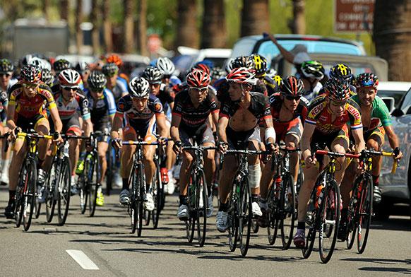 एमेजन टूर ऑफ कैलिफोर्निया साइक्लिंग रेस में भाग लेते प्रतिभागी।