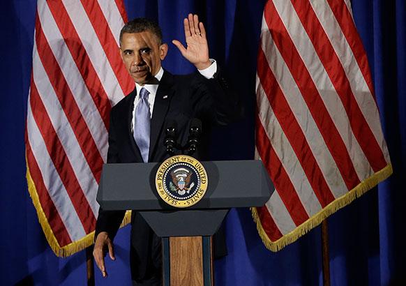 न्यूयार्क एक होटल में डेमोक्रेटिक फंडरेजर कार्यक्रम में संबोधन के बाद स्टेज से उतरते हुए अमेरिकी राष्ट्रपति बराक ओबामा।