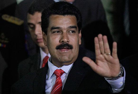वेनेजुएला के कारकस में मीराफ्लोर्स प्रेसीडेंशियल पैलेस में अभिवादन स्वीकार करते हुए राष्ट्रपति निकोलस मेडरुगो।