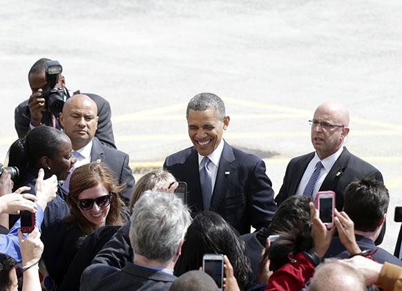 जॉन एफ केनेडी एयरपोर्ट पर लोगों से मिलते अमेरिकी राष्ट्रपति बराक ओबामा।