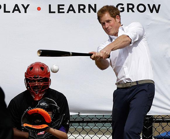 ब्रिटेन के राजकुमार प्रिंस हैरी बेसबॉल खेलते हुए।