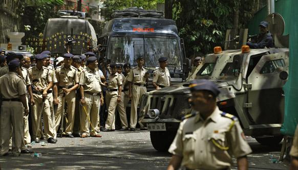 मुंबई में संजय दत्त के घर के बाहर भारी तादाद में तैनात सुरक्षाकर्मी।