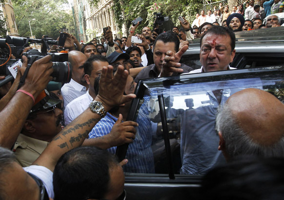 सरेंडर करने के दौरान मीडियाकर्मियों से मुखातिब होते संजय दत्त।