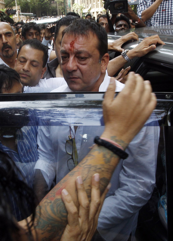 मुंबई में टाडा की विशेष अदालत में सरेंडर करने पहुंचे संजय दत्त।