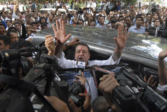 मुंबई में सरेंडर करने से पहले समर्थकों और मीडियाकर्मियों से मुखातिब हुए संजय दत्त।