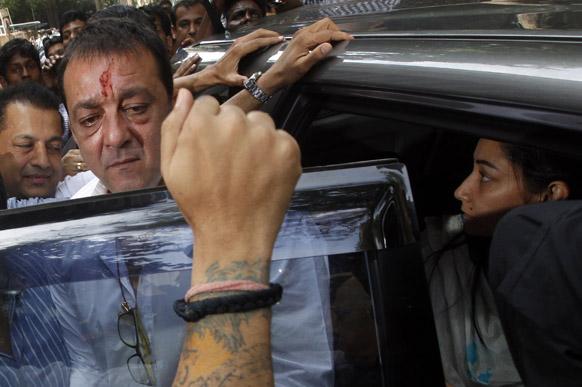 मुंबई में संजय दत्त अपनी पत्नी मान्यता के साथ टाडा की विशेष अदालत में सरेंडर करने पहुंचे।