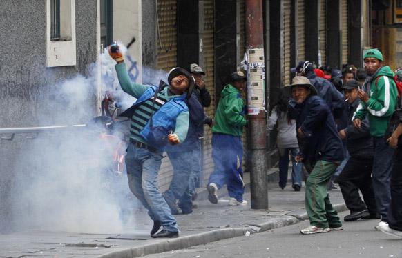 बोलिविया में विरोध-प्रदर्शन करते प्रदर्शनकारी।