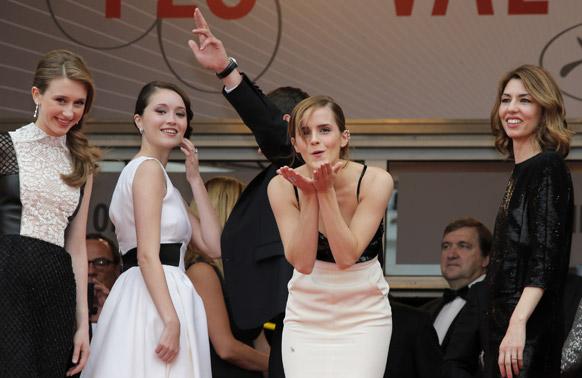 कॉन्स समारोह में अभिनेत्री एमा वॉटसन अन्य कलाकारों के साथ।