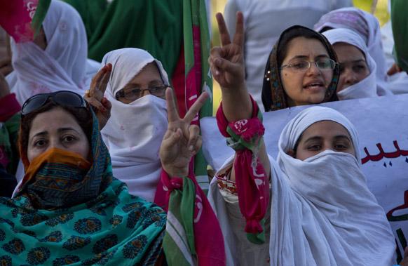 इस्लामाबाद में मतदान में धांधली का आरोप लगा प्रदर्शत करते तहरीक-ए-इंसाफ पार्टी के समर्थक।
