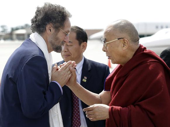 ला के केन्नेर स्थित हवाईअड्डे पर तिब्बती आध्यात्मिक गुरु दलाई लामा।