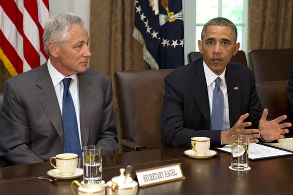 ह्वाइट हाउस के कैबिनेट रूम में रक्षा मंत्री चक हेगेल से बातचीत करते अमेरिकी राष्ट्रपति बराक ओबामा।