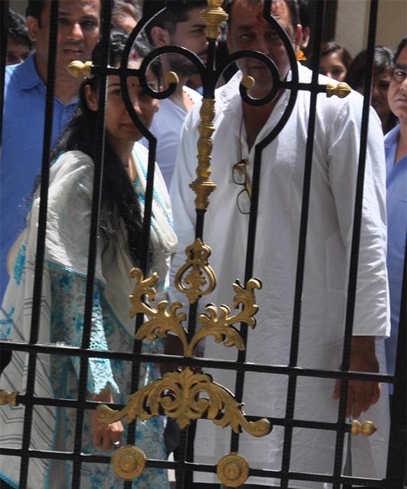 संजय दत्त के सरेंडर से पहले उनकी पत्नी मान्यता दत्त उन्हें ढांढस बंधाती हुई।