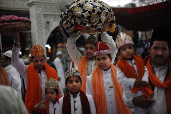 अजमेर में सूफी संत ख्वाजा मुईद्दीन चिस्ती के उर्स पर शामिल होने के लिए पहुंचे श्रद्धालु।