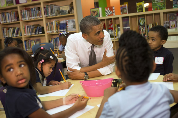 प्री किंडरगार्डन स्कूल के बच्चों से बात करते अमेरिका के राष्ट्रपति बराक ओबामा।