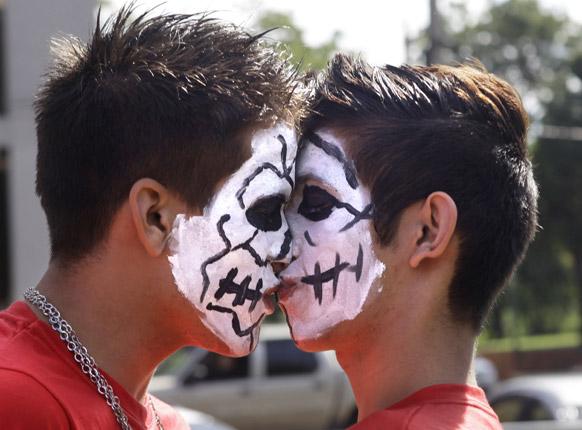 पराग्वे में दो पुरूष एक ही लिंग के जोड़ों के भेदभाव के खिलाफ एक विरोध प्रदर्शन के दौरान चुंबन लेते हुए।