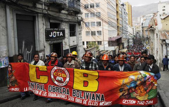 बोलिविया के लापाज में स्ट्राइक के दौरान प्रदर्शन करते लोग।