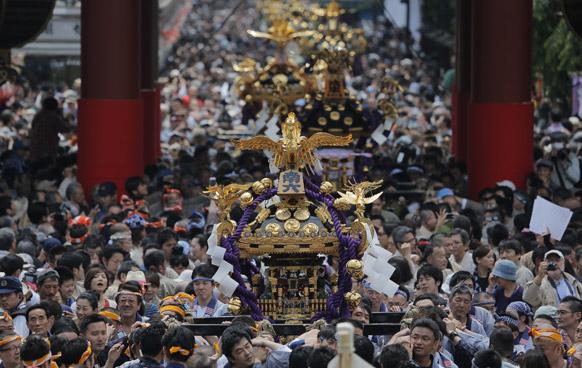 टोक्यो में वार्षिक संजा फेस्टिवल के दौरान सेंसोजी मंदिर परिसर में श्रद्धालु।