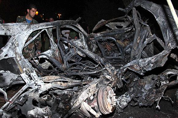 दमिश्क में विस्फोट के बाद एक बुरी तरह से क्षतिग्रस्त कार।