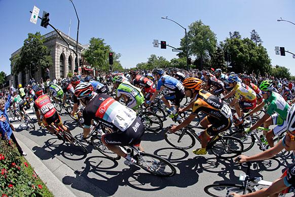 कैलिफ में साइकिल रैली में शरीक होते लोग।