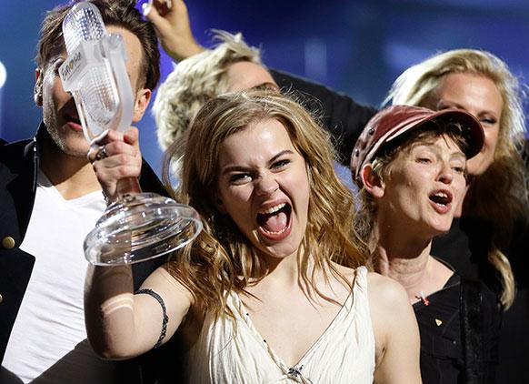 स्वीडन के मालमो में विजेता ट्रॉफी के साथ डेनमार्क की एक गायिका।