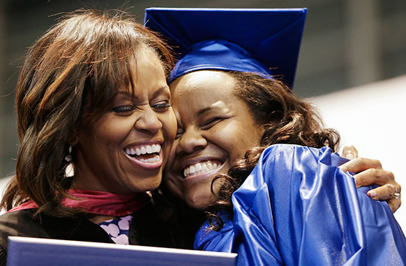 टेन के नैशविल स्थित एक स्कूल में जेनिका हेडली ग्रीन को गले लगातीं अमेरिका की पहली महिला मिशेल ओबामा।
