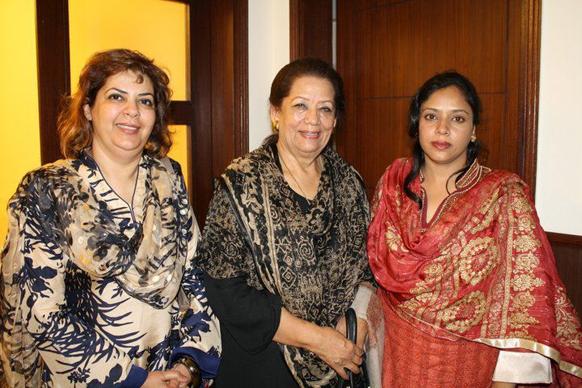 पाकिस्तान तहरीक-ए-इंसाफ पार्टी की वरिष्ठ कार्यकर्ता जोहरा शहीद की दो अन्य महिलाओं के साथ एक तस्वीर। जोहरा की हत्या उनके घर के बाहर कर दी गई है।