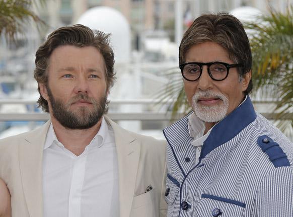 कॉन्स में जोएल एड्गर्टन के साथ पोज देते महानायक अमिताभ बच्चन।