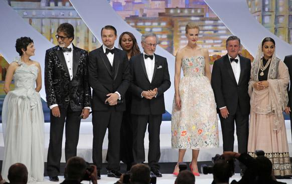 कॉन्स समारोह के उद्घाटन के मौके पर अमिताभ बच्चन और विद्या बालन हॉलीवुड के कलाकारों के साथ।