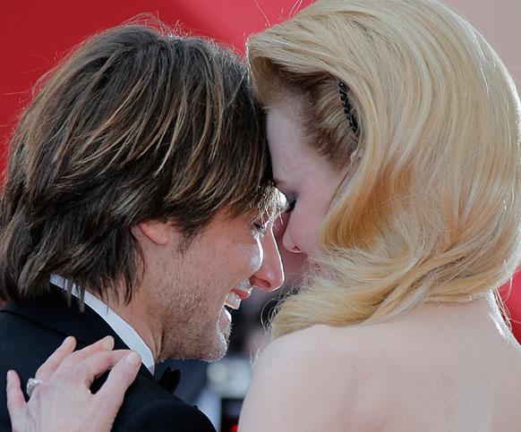 कांस फिल्म फेस्टिवल में निकोल किडमैन अपने पति के साथ प्रसन्न मुद्रा में।