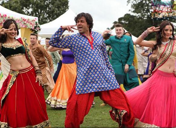 फिल्म 'यमला पगला दीवाना-2' में अपने सह कलाकारों के साथ डांस करते बॉबी देओल।