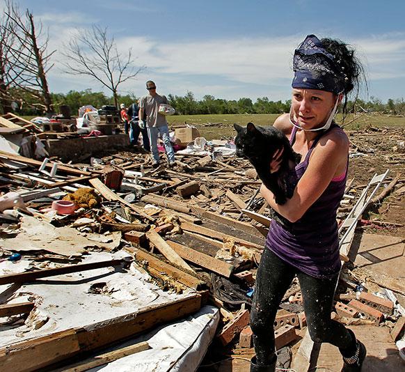 ओकलाहोमा में टोरनेडो से मची तबाही के बाद अपने ग्रैंडमदर के घर पर राहत देने के लिए पहुंचीं ब्रिटनी ब्राउन।