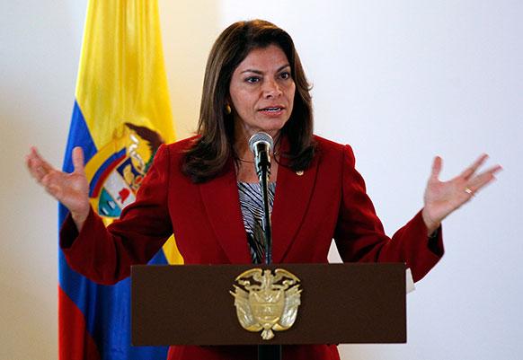 कोलंबिया में मुक्त व्यापार समझौते पर हस्ताक्षर के बाद कार्यक्रम को संबोधित करती हुईं कोस्टारिका की राष्ट्रपति लाउरा चिनचिला।