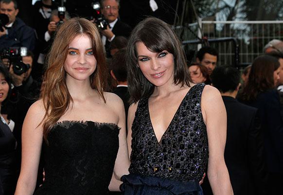 कॉन्स में 66वें फिल्म फेस्टिवल के दौरान एक फिल्म की स्क्रीनिंग के मौके पर पहुंचे मॉडल्स बारबरा पालविन (बाएं) और मिलिया जोवोविक।