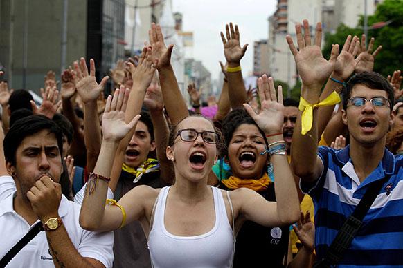 वेनेजुएला: काराकस में राष्ट्रपति निकोलस मदुरो के खिलाफ नारे लगाते हुए पब्लिक यूनिवर्सिटी के छात्र व छात्राएं।