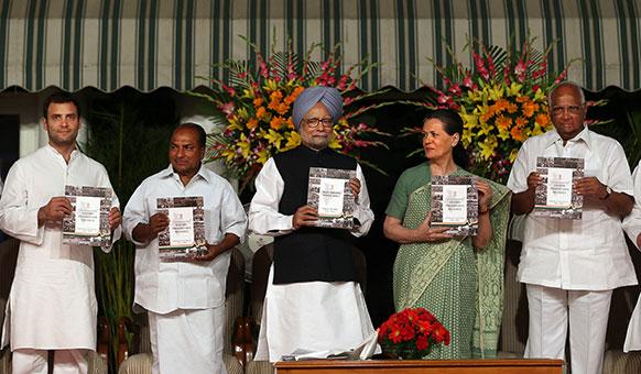 नई दिल्ली : यूपीए-2 सरकार के चार साल पूरे होने के मौके पर आयोजित कार्यक्रम में रिपोर्ट कार्ड जारी करते हुए मनमोहन सिंह, सोनिया गांधी, एके एंटनी, शरद पवार और राहुल गांधी।