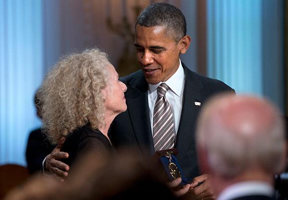 वाशिंगटन के व्हाइट हाऊस में सिंगर व सॉंग राइटर केरोल किंग को अवार्ड देकर सम्मानित करते हुए राष्ट्रपति बराक ओबामा।