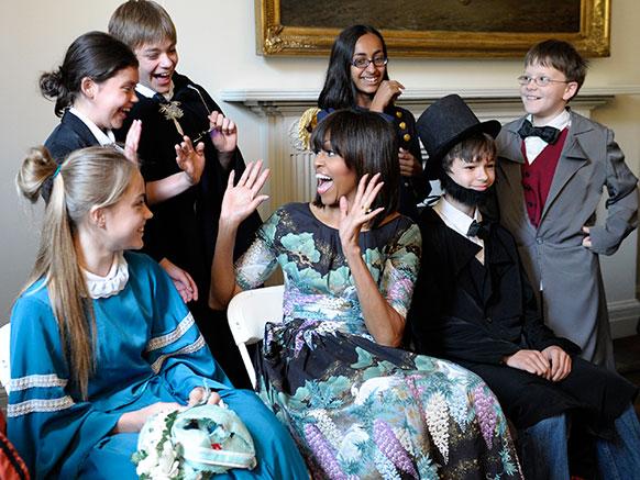 अमेरिका: वाशिंगटन के एक स्कूल में बच्चों के साथ खुशियां साझा करती हुईं प्रथम महिला मिशेल ओबामा।