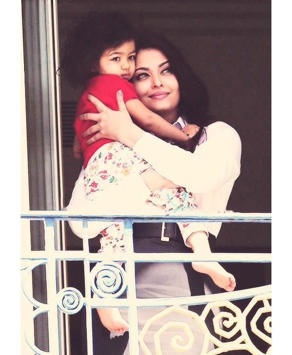 कॉन्स समारोह में अपनी पुत्री आराध्या के साथ ऐश्वर्या रॉय बच्चन।