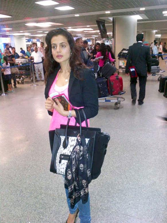 कॉन्स फिल्म समारोह के लिए रवाना होने से पहले हवाईअ्डडे पर अभिनेत्री अमीषा पटेल।