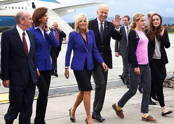 कोलंबिया के बोगोटा में मिलिट्री एयरपोर्ट पहुंचने के बाद लोगों का हाथ हिलाकर अभिवादन करते हुए अमेरिका के उप राष्ट्रपति जो बिडेन।