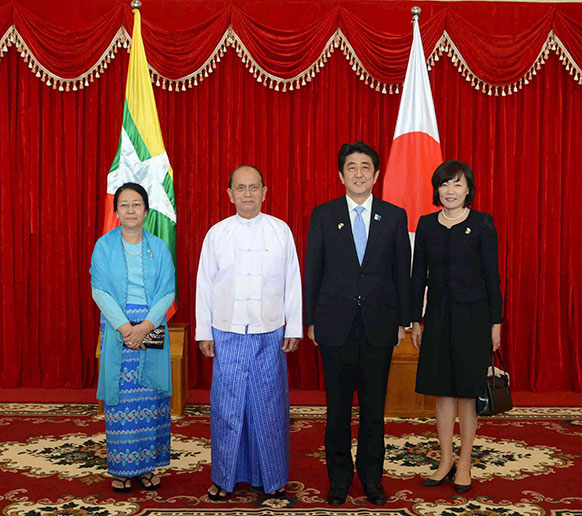 म्यांमार के राष्ट्रपति भवन में बैठक से पहले फोटोग्राफरों को पोज देते हुए राष्ट्रपति थीन सेन (बाएं), उनकी पत्नी  खिन खिन विन, जापानी प्रधानमंत्री शिंजो एबे और उनकी पत्नी एकी।